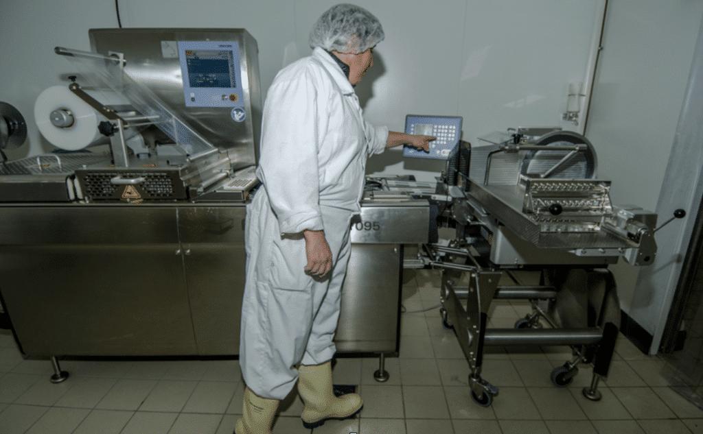 Mise sous vide des produits Salaison du Champsaur Saint Laurent du Cros Hautes Alpes Charcuterie Artisanale en ligne